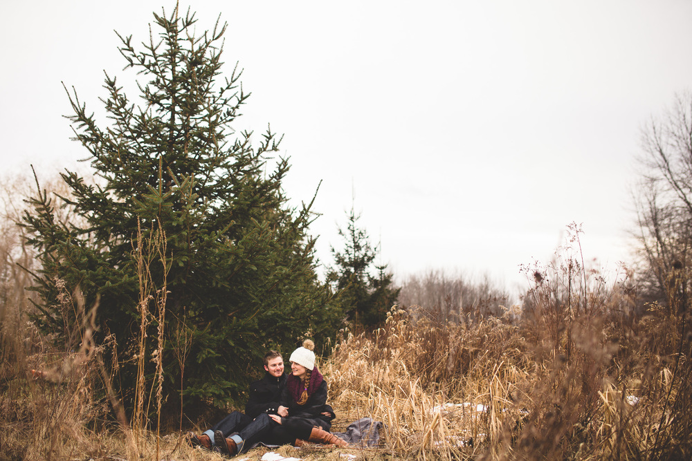 engagement-photo-in-ottawa-field