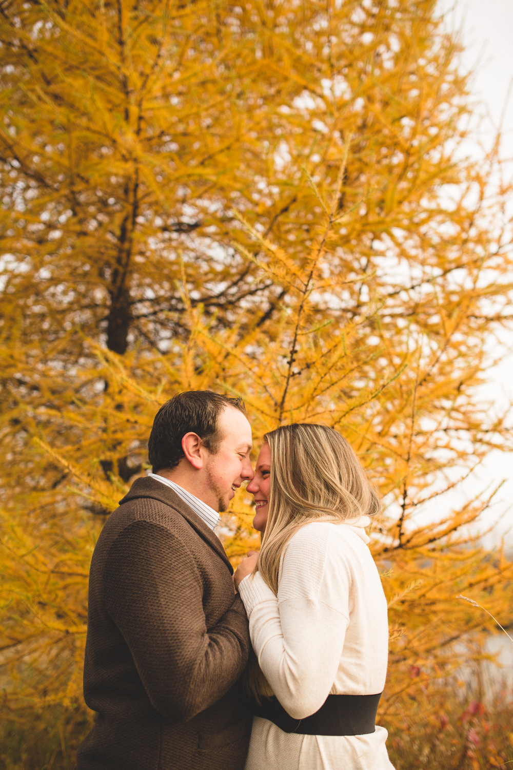 bright-fall-colours-engagement-photos