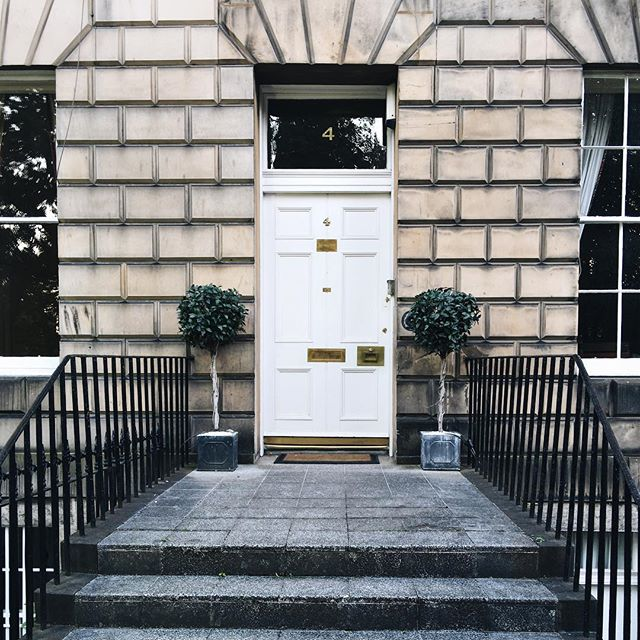 A welcoming entry. | Hope everyone has a wonderful start to the new week! | #socality #vsco #edinburgh #scotland #munnliving