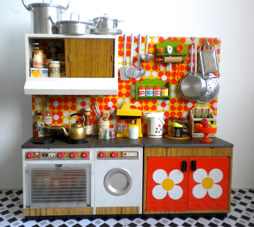 Joustra tin litho kitchen with loads of accessories via flickr