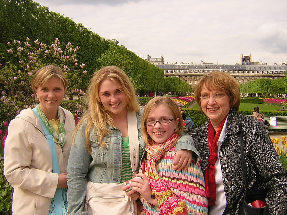 Barbara Bickley and family 20 April 05 b.jpg