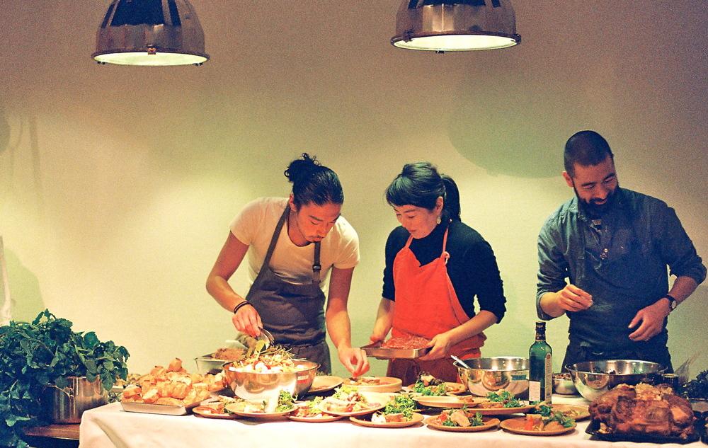 eatripによる素敵な空間でのNomadicの料理人たちの準備のひとコマ。