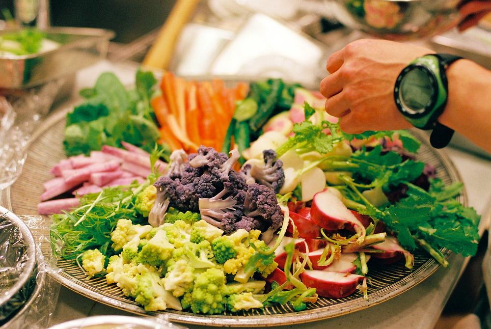 前日に鹿児島で仕入れた野菜とその日の朝に糸島の『伊都菜彩』で仕入れた新鮮野菜の盛り合わせ。素敵な大皿は、中里太亀氏によるもの。