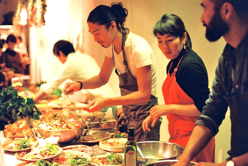 <野村友里 Yuri Nomura> フードクリエイティブチーム「eatrip」主宰。ケータリング、料理教室を行なうほか、アートとして食の可能性を多岐にわたって表現し、その愉しさを世に伝えている。昨年、原宿に「restaurant eatrip」をオープンさせる。 http://www.babajiji.com