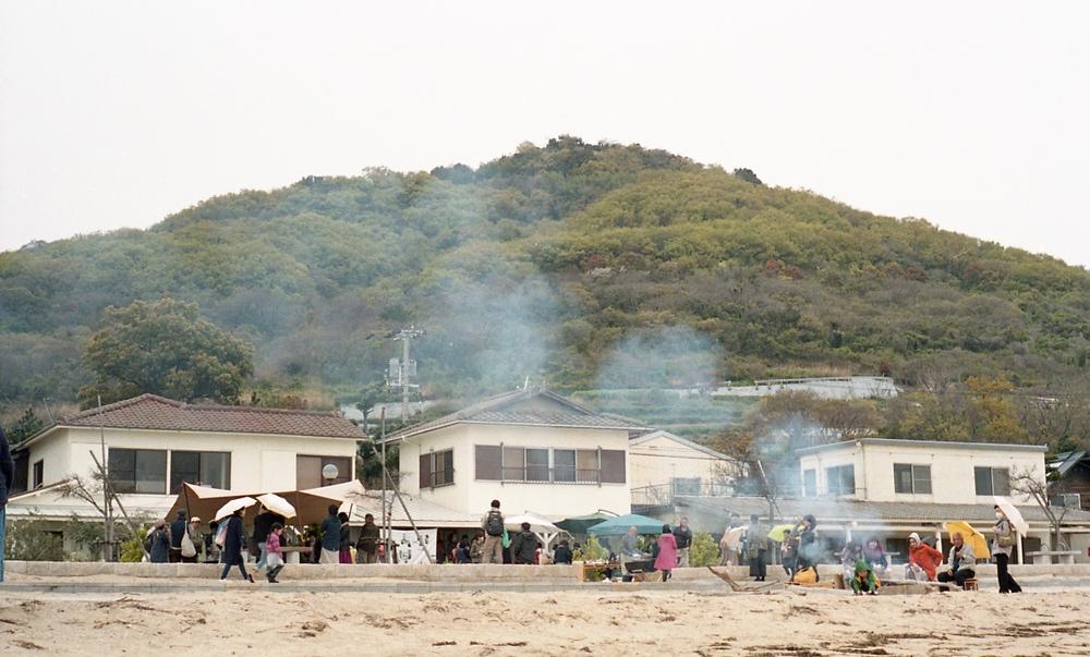 会場は、女木島の海の家。ビーチ目の前の抜群のロケーション。