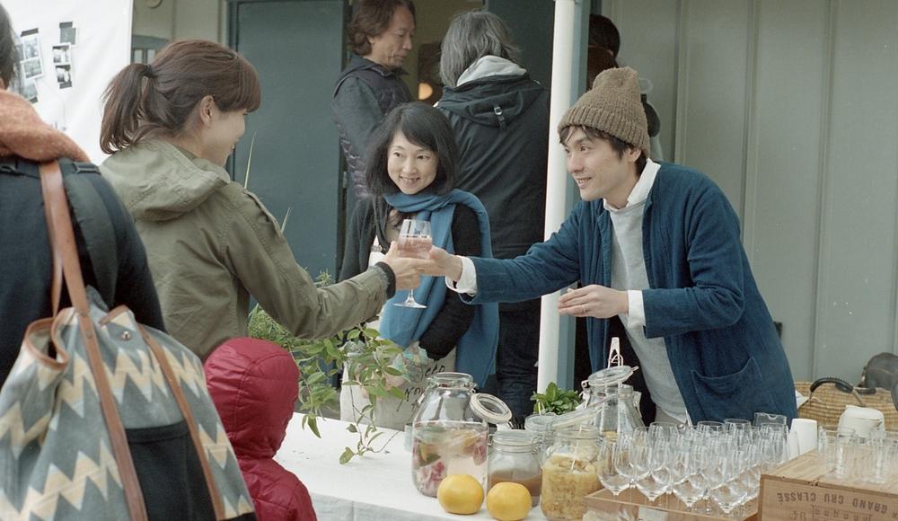 高知『 terzo tempo  』 の佐野さん(右)と深田さん(左)。高知のフルーツやハーブを使ったコーディアルドリンクを。またワインは、高知の自然はワイン『 みもと酒店 』の三本さんが美味しいビオワインの数々を提供。