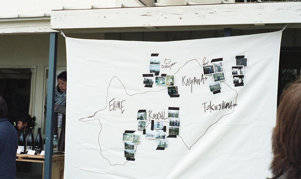 PLACER WORKSHOP   の内田さんがライブで描いた四国の地図に、私たちが旅で出会った作り手の方々のポラロイド写真を並べました。撮影は、  Nomadicの記録係の 森本 さん。
