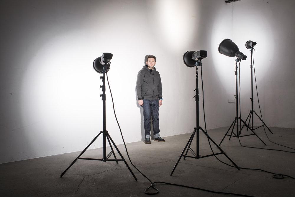 DOMINIK PAPAJ - Dominik Papaj szlifował swój warsztat fotograficzny w studiu Bogdana Axmanna w Krakowie przy sesjach z takimi fotografami jak Ryszard Horowitz, Jacek Poremba czy Magda Wunsche. Mistrz ciemni fotograficznej i górski entuzjasta. Współtwórca Studia Luma. Obecnie zajmuje się portretem (w tym analogowym) oraz projektami modowymi.
