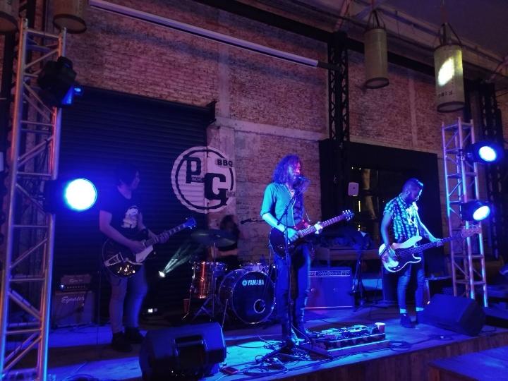 La sala principal del Pinche Gringo BBQ en Polanco con banda de rok en vivo en el escenario