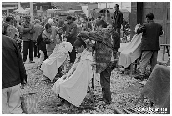 Open air barber parlours in Fuli