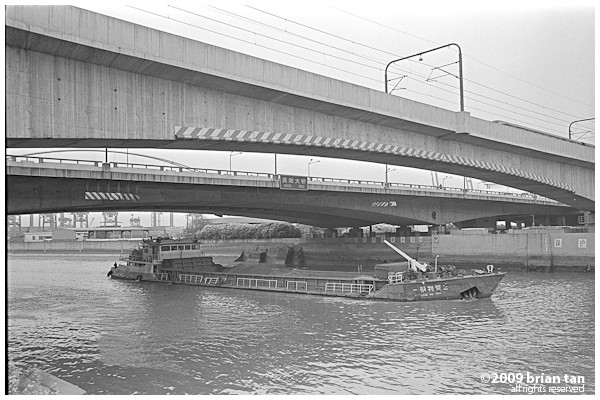Barge going under Yixian Elevated Road and the metro line