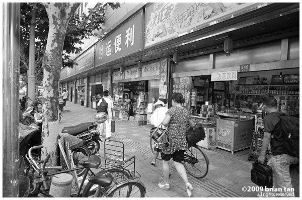Sundry shops dot the perimeter of the station. This is where travellers pick up their last minute drinks and knick-knacks like packaged goose wings and chicken feet.