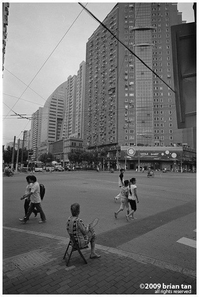 This has nothing to do with the train station, but shot on the same day, and so why not stick it here. Shanghainese uses the whole street as their living room, and so shall I on this webpage