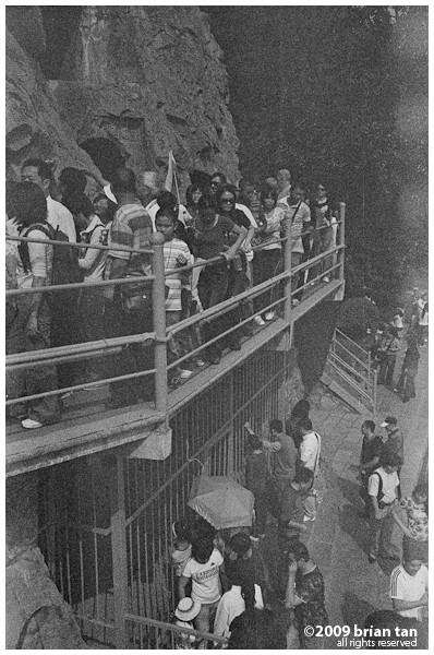 Longmen Caves: Tourists filing to see the same attractions