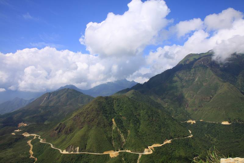 Heading down a 25 km downhill from Sapa.