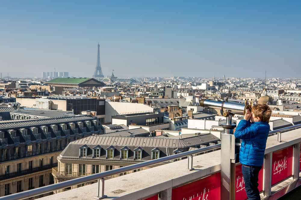 Vue sur les toits de Paris et de la tour Eiffel depuis les toits des Galeries Lafayette. Paris. © Sébastien Borda
