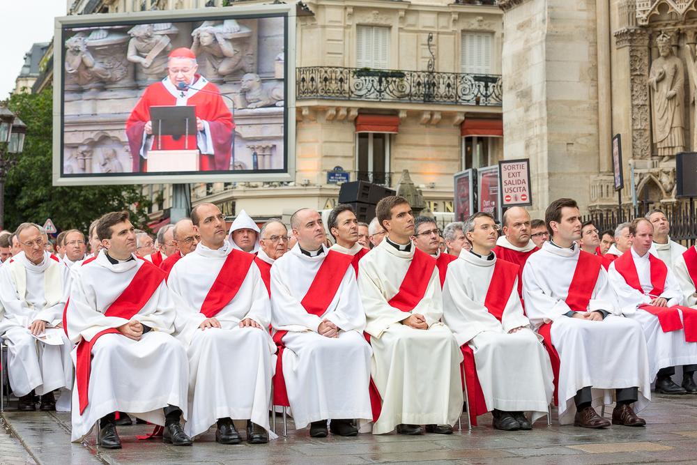 Futurs prêtres suivants  le discours de l'Evêque André vingt trois, évêquede Paris, lejour de l'ordination diaconale. Paris, 29 juin 2013. © Sébastien Borda
