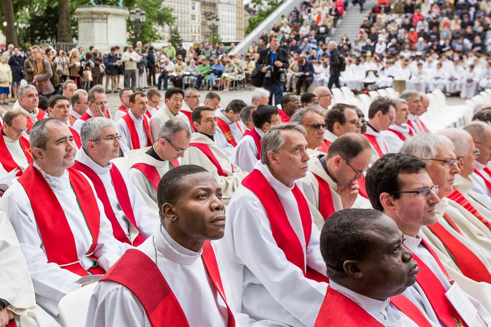 Prêtres suivants   le discours de l'Evêque André vingt trois, évêque de Paris, lejour de l'ordination diaconale. Paris, 29 juin 2013. © Sébastien Borda