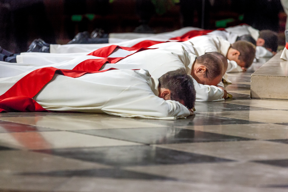 Candidats pendant le rite de la prostration de l'ordination diaconale. Paris, 2013. © Sébastien Borda
