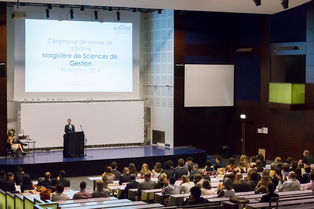 Discours du responsable de la formation pendant la cérémonie de remise des diplômes du magistère de gestion Paris Dauphine 2014. © Sébastien Borda.