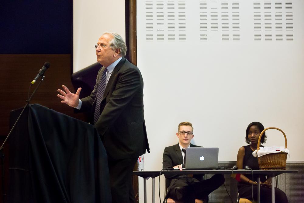Discours d'un intervenant pendant la cérémonie de remise du diplôme duMagistère de gestion   Pa  ris Dauphine 2014. © Sébastien Borda.
