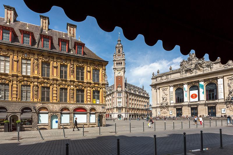 Centre ville de Lille avec vue sur le beffroi de la chambre du commerce dans le vieux Lille. © Sébastien Borda