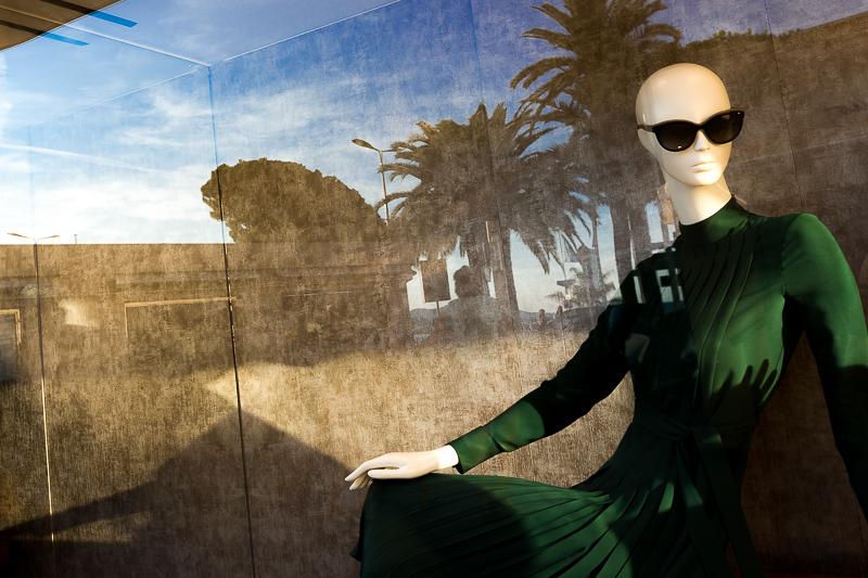 Reflets dans les vitrines des boutiques de luxe de la Croisette. © Sébastien Borda