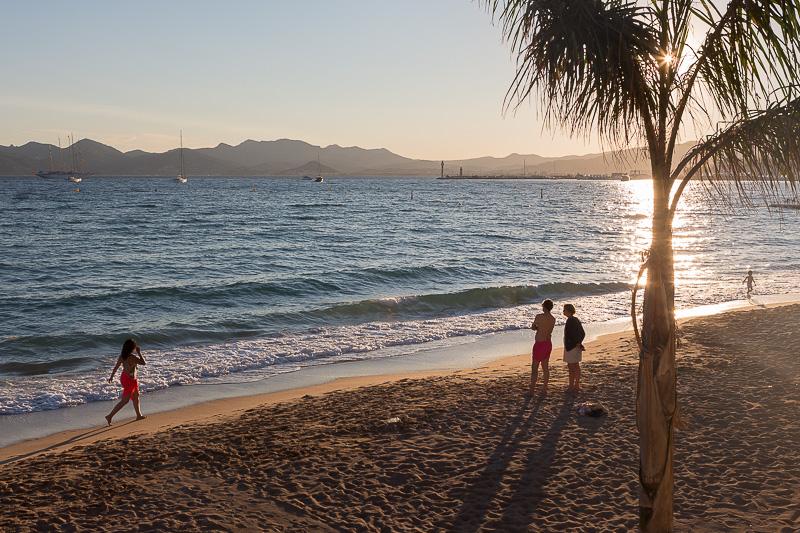 Fin de journée sur une plage de Cannes. © Sébastien Borda