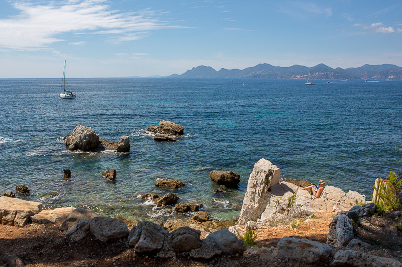 Séance de lecture et bain de soleil sur l'île Sainte-Marguerite. © Sébastien Borda