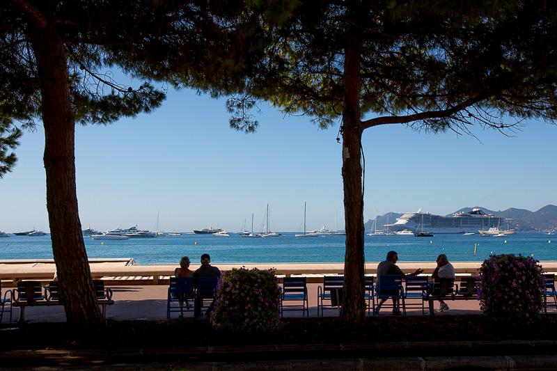 Scène de vie à l'ombre sur la Croisette de Cannes. © Sébastien Borda