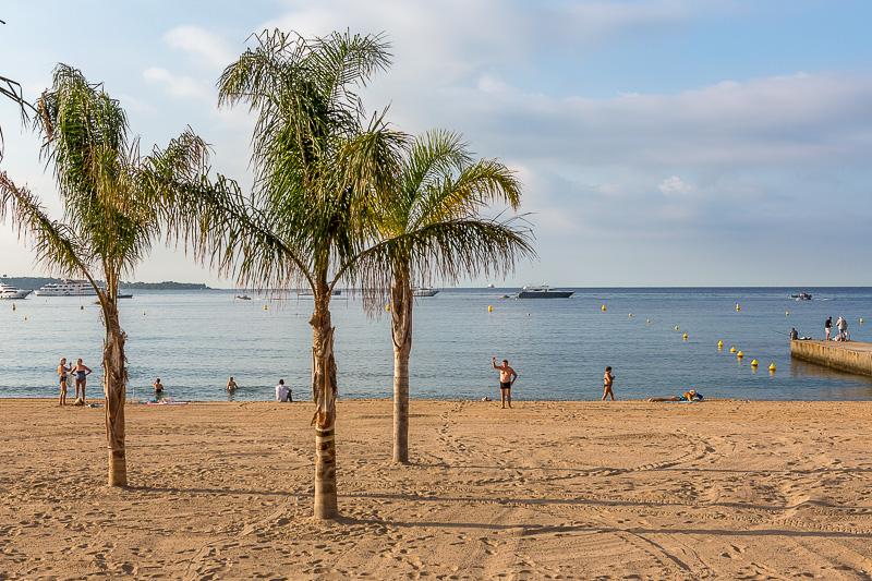 Scène de vie sur une plage du centre ville de Cannes. © Sébastien Borda