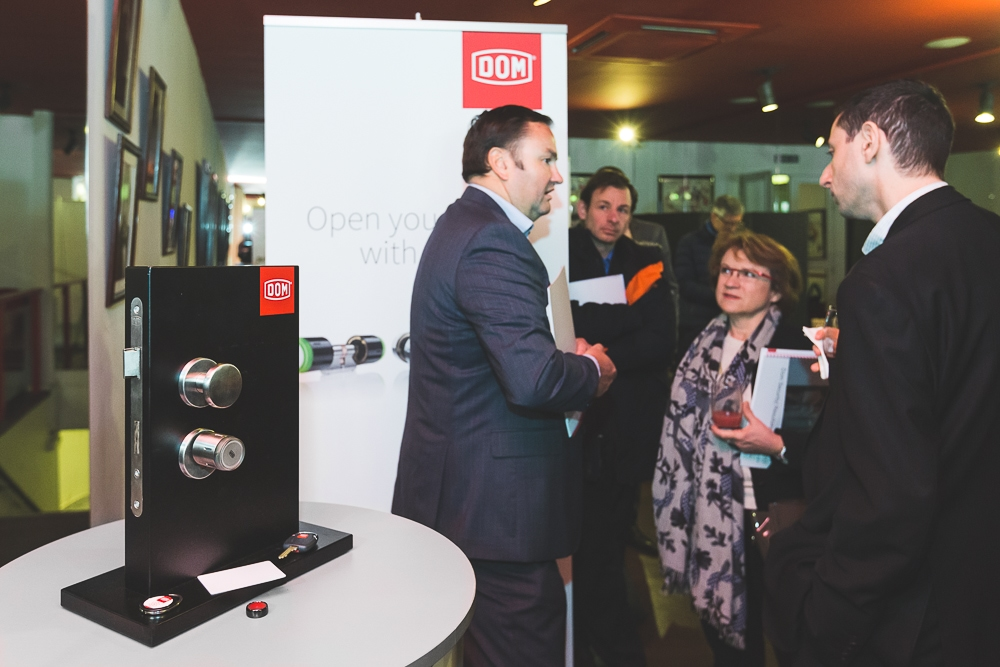 Echanges entre collaborateurs et exposition d'un des produits de la marque pendant un événement d'entreprise. © Sébastien Borda | www.sebastienborda.com