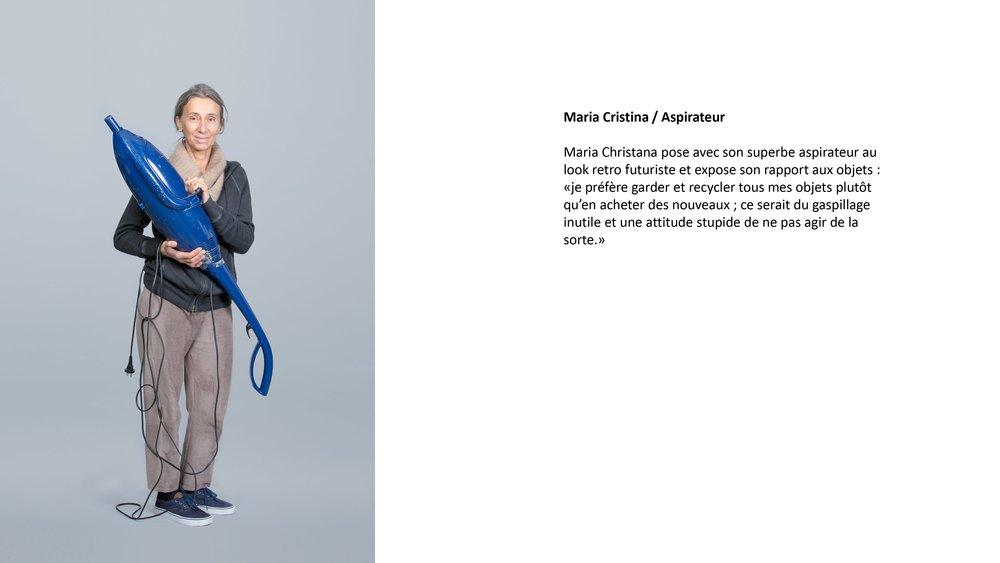 """Maria Cristina pose avec son superbe aspirateur retro au look futuriste. Elle expose son rapport aux objets : """"je préfère garder et recycler tous mes objets plutôt qu'en acheter des nouveaux cela serait du gaspillage inutile et une attitude stupide de ne pas agir de la sorte."""""""