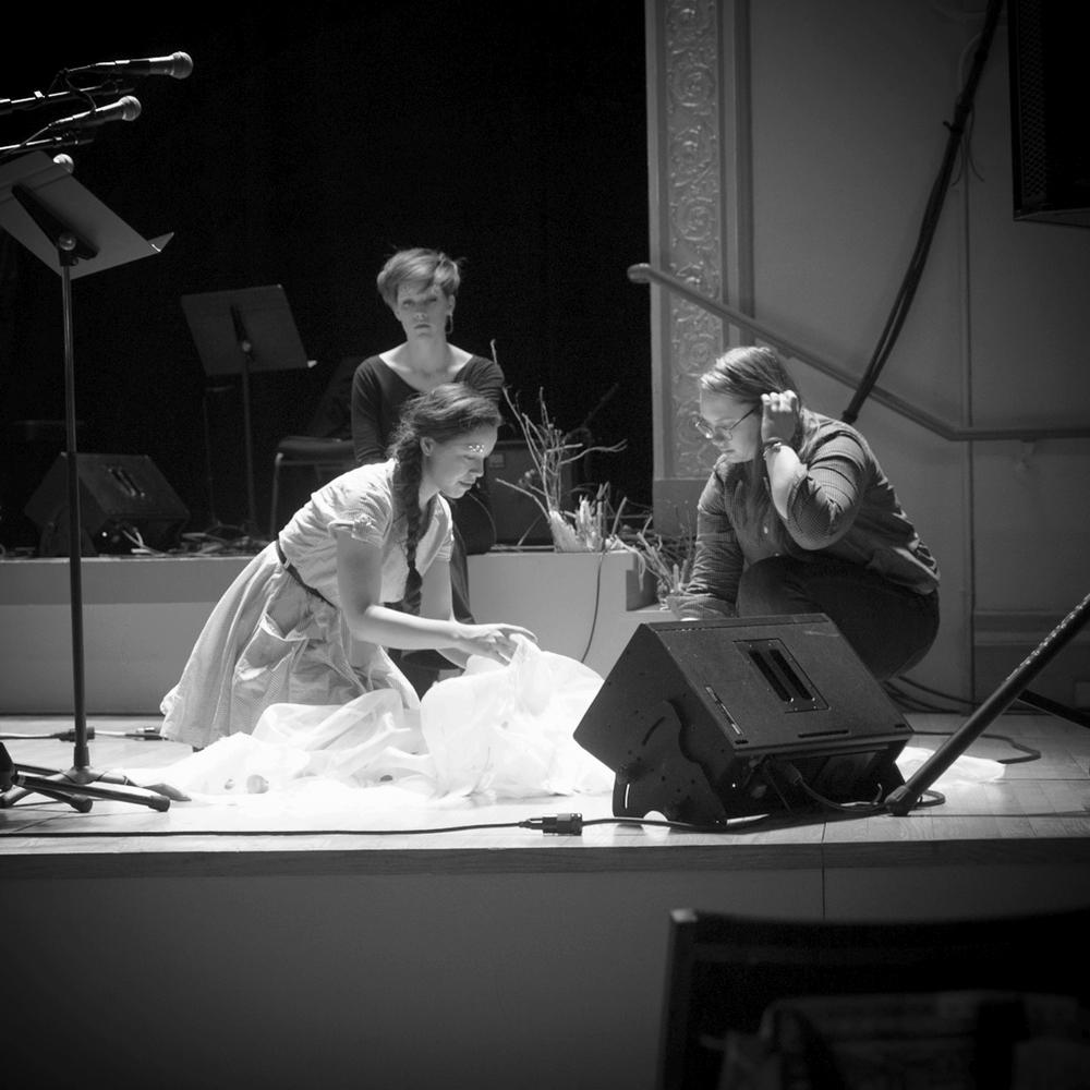 Zaida Adriana Goveo Balmaseda and Sophie Engel staging 'the nest'. Photo by Dorian Iten