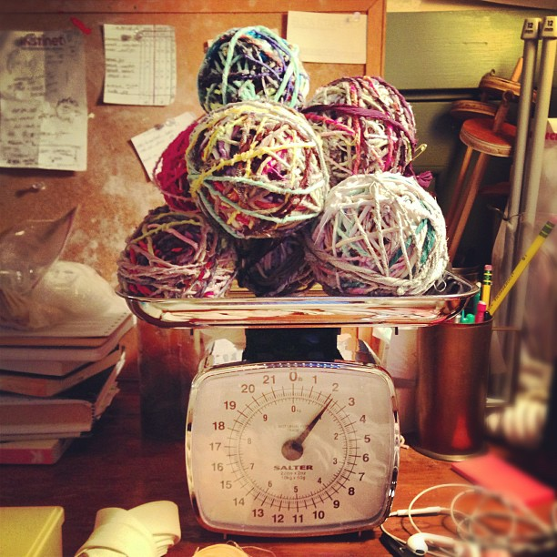Weighing the hand-spun yarn at estudioBALMASEDA.Photo by Zaida Adriana Goveo Balmaseda