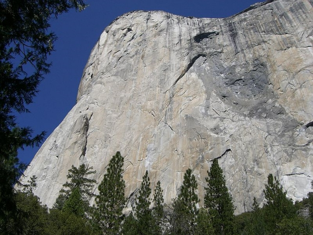 (Meros Felsenmaus) El Capitan's 'Wall of Early Morning Light': the Harding/Caldwell route goes up the tallest section of the cliff where it is continously vertical or overhanging for the entire passage - the general line going straight up just slighly left of the left most grey waterstreak on the rim of El Capitan.