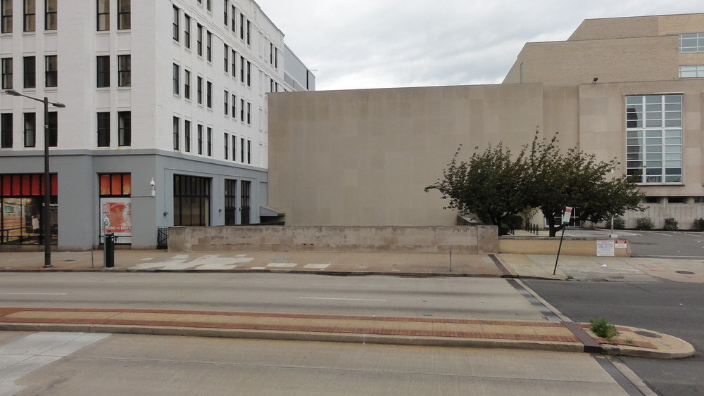 Existing view at Broad Street, looking west. A windowless 1990s addition to the iconic 1948 School District Administration building, designed by Albert Kahn and originally a part of the Inquirer complex, is the only structure that encroaches upon any part of the entire three-mile right-of-way and is used largely for storage. The conceptual design proposes removing the addition, re-establishing the continuity of the route and creating the opportunity for adjacent uses to activate the park.