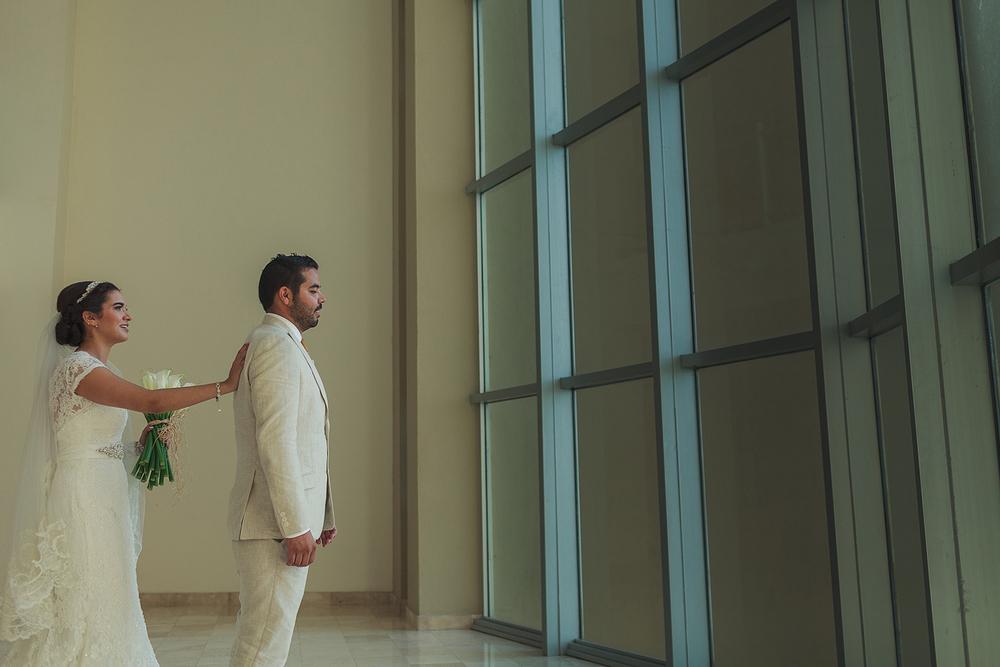 La novia se acerca detrás del novio para verse por primera ves antes de la ceremonia de boda