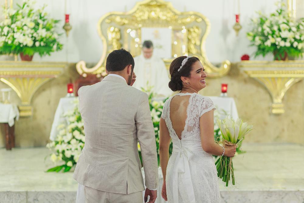 Novia sonríe a los invitados durante su ceremonia religiosa