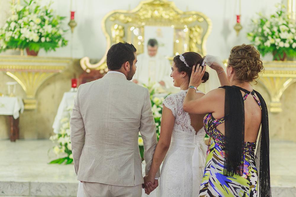 Madre de la novia poniendo el velo durante la ceremonia de religiosa