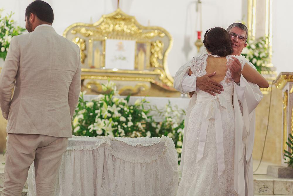 Sacerdote abraza a la novia tras terminar ceremonia de boda