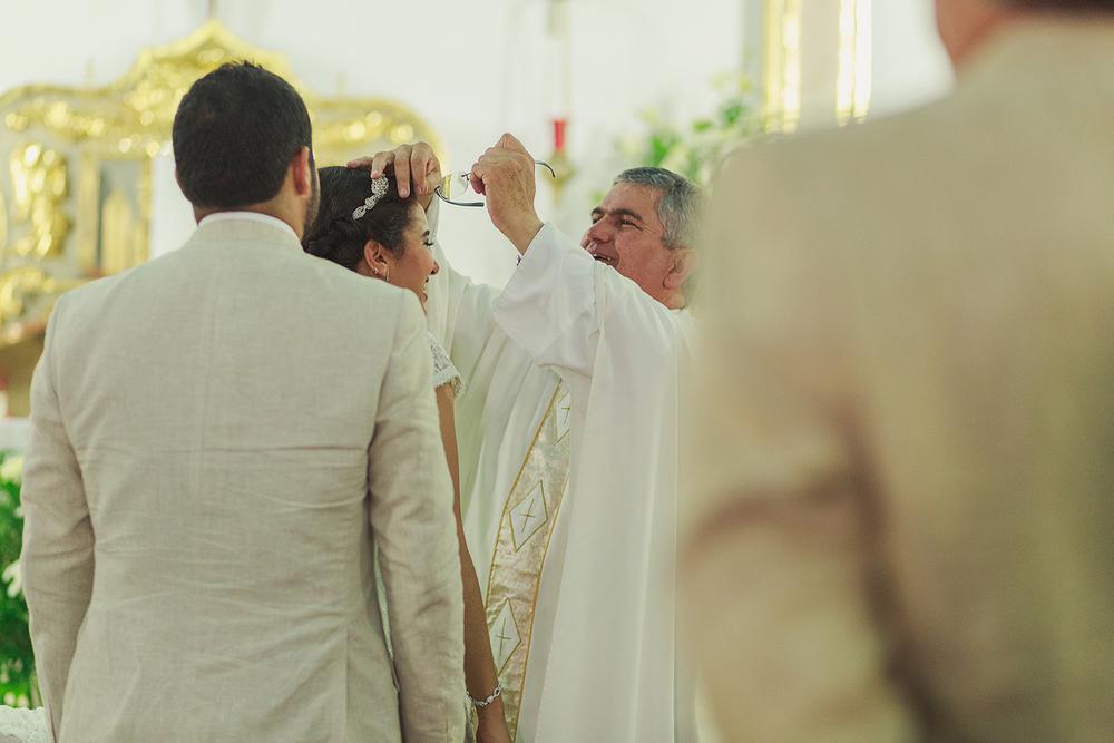 Sacerdote deja sus lentes atorados en el peinado de la novia tras abrazarla, Iglesia del Refugio Puerto Vallarta