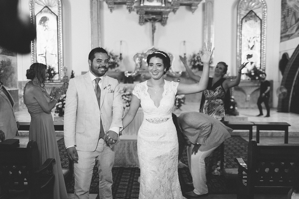 Salida de los novios al finalizar su ceremonia religiosa de boda en Puerto Vallarta