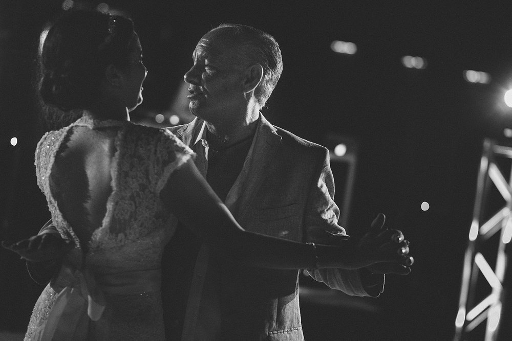 Papá y novia bailando en la recepción de la boda