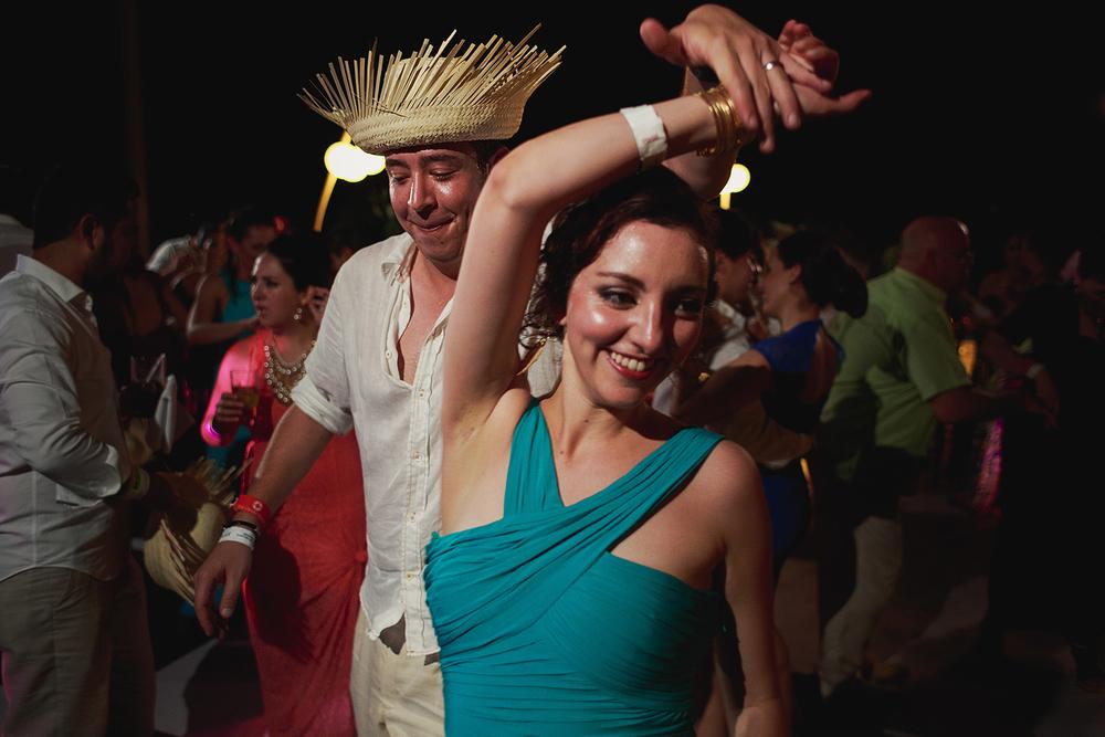 Invitados bailando con una vueltecita, hombre viste un sombrero típico de la cultura mexicana