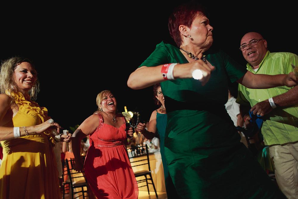 Invitados mayores sacando sus mejores pasos en la pista de baile