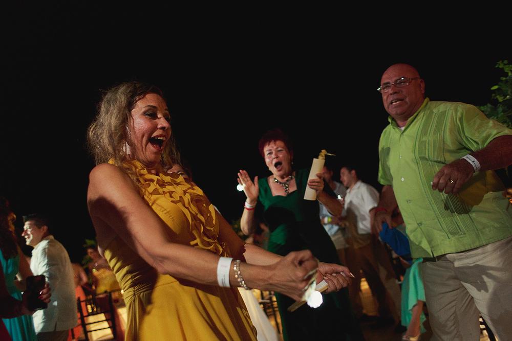 Invitados mayores disfrutando la fiesta en la recepción de la boda en el hotel Grand Mayan Nuevo Vallarta