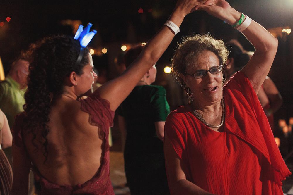 Una vueltecita en la pista de baila entre dos invitadas