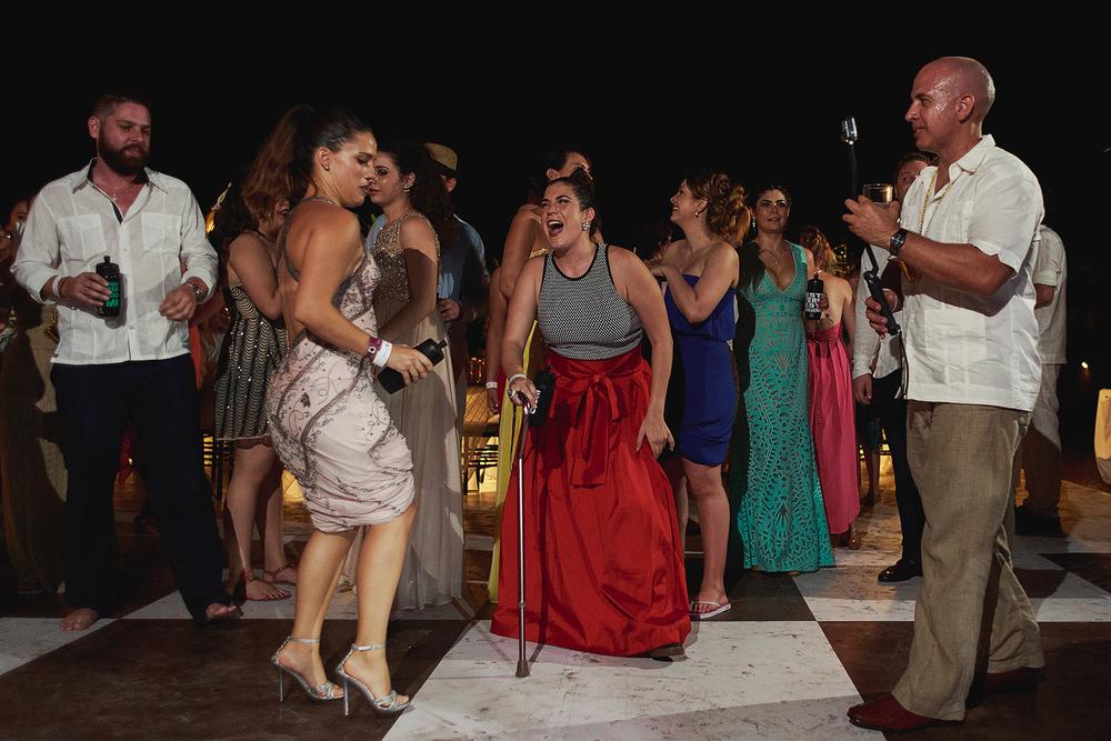 Invitada con baston rie por el estilo de baile de otra invitada