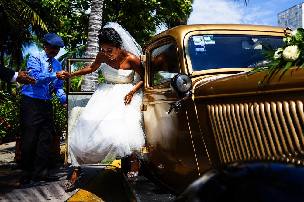 Novia descendiendo del Ford 1934 para comenzar la ceremonia de su boda, el chofer la ayuda a bajar del vehículo